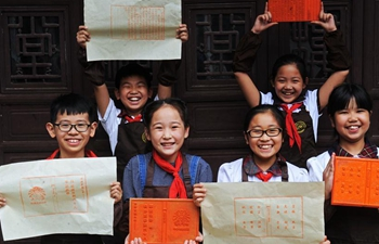 Students learn woodblock printing skills at hobby class in E China