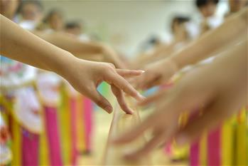 Dancing classes enrich children's holiday in N China's Hebei