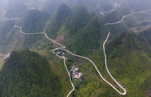 Counstruction of country roads help people to alleviate poverty in S China's Guangxi