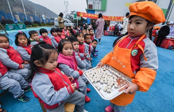 "Children taste malt sugar on occasion of ""Daxue"" in E China"
