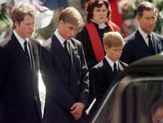 97年,戴安娜王妃去世时,威廉王子18岁,已经是帅小伙儿.妈妈过