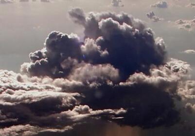 最佳观景办公室:从飞机驾驶舱看下雨云层