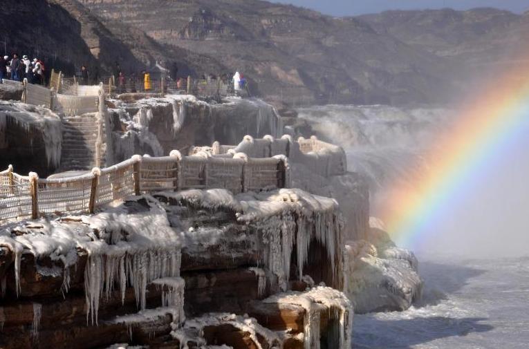 黄河壶口瀑布现流凌封河景观