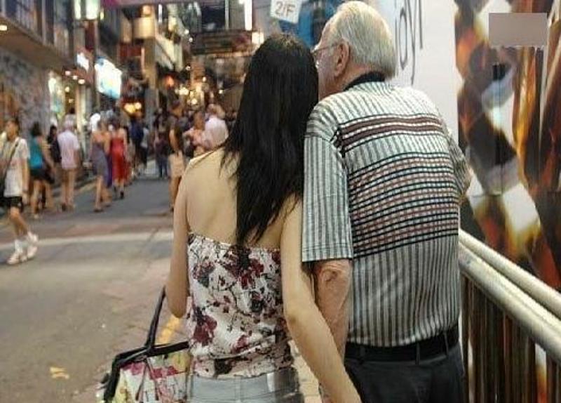 外国老男人身边的年轻中国女人【组图】 - 柏村休闲居 - 柏村休闲居