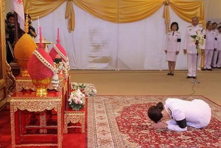 英拉竟然这样拜见泰国公主 - 新华论坛 - 新华网