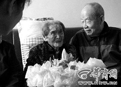 108岁老太公开长寿秘诀:少食多睡喝开水。