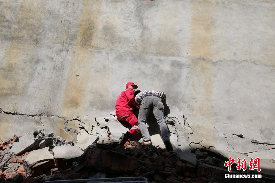 尼泊尔灾区废墟上的中国救援队