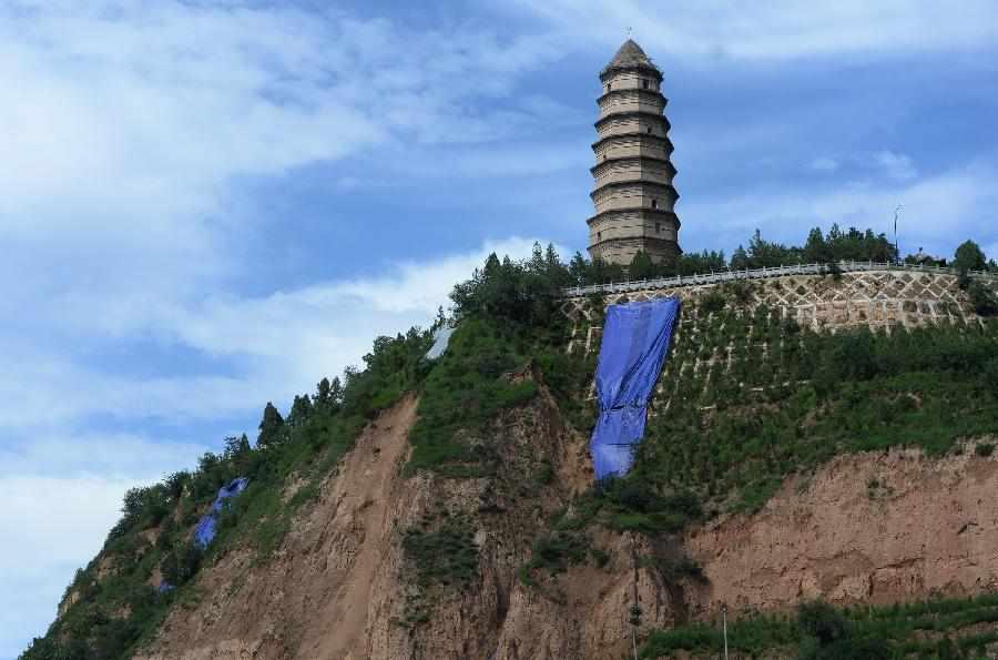 革命圣地延安宝塔山大面积山体滑坡