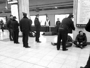 警方控制4名打架男子。网友供图