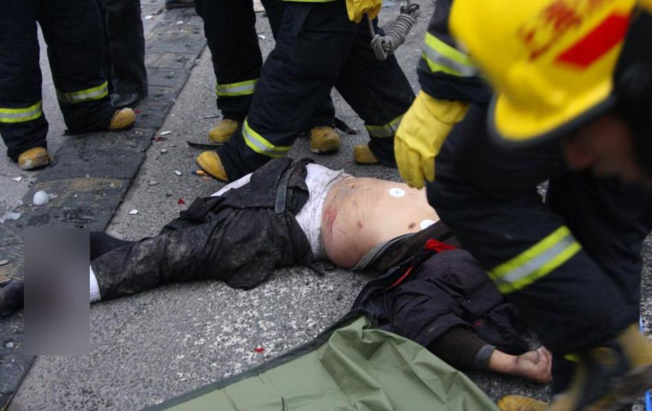 出租车司机被急速行驶中的轿车甩出,因头部撞击到地面,不幸伤重