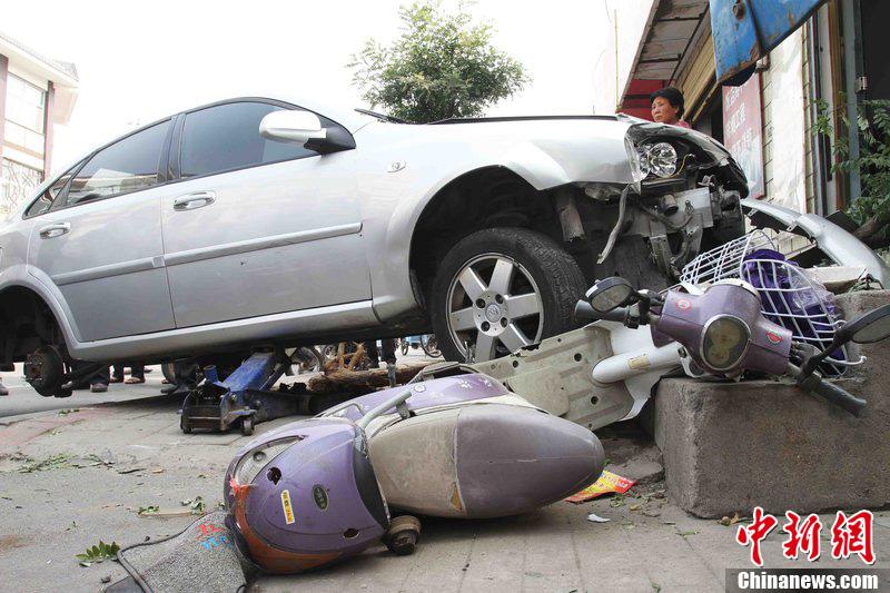 河南许昌:姐姐在车祸发生时推开弟弟身亡