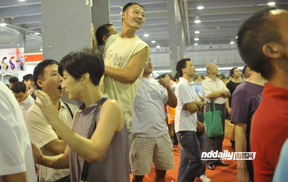 广州性文化节吸引大批老头 高仿真美女热卖