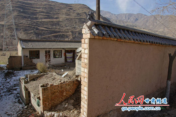 甘肃贫困县巨资建遮羞墙  村民直言给领导看的 - 云中仙鹤 - 云中仙鹤的博客