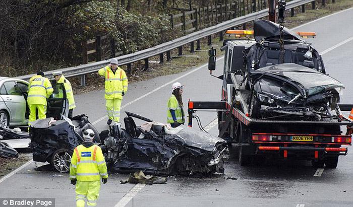 重的撞车事故,两辆宝马汽车以超过200公里每小时的速度在路上飙高清图片