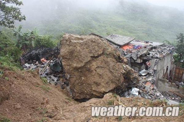 广西那坡县发生山体滑坡 数十吨巨石砸穿民房1人遇难
