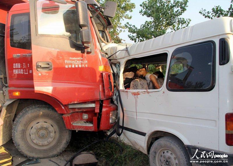 包车与货车相撞已致8死4重伤 新华法治