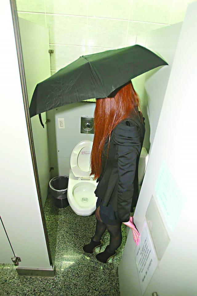 少妇疑在洗手间遭偷拍同层30名OL如厕时撑伞
