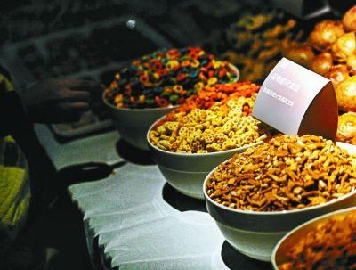 嘉年华现场展现了有些含转基因成分的食物供咱们品味拍摄/本报记者郝羿