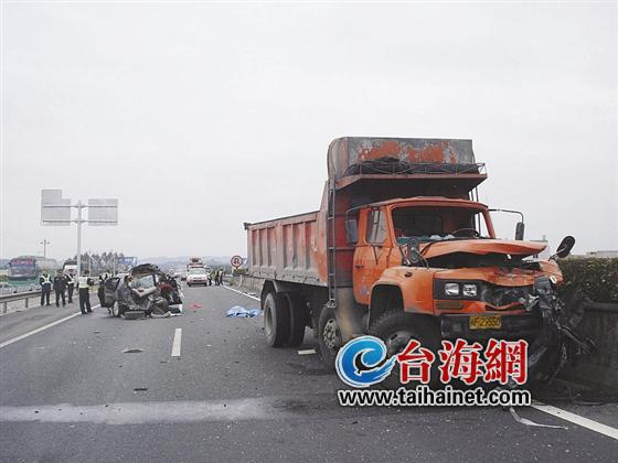 漳龙高速昨发生惨烈车祸 祖孙4人两死两伤 高清图片