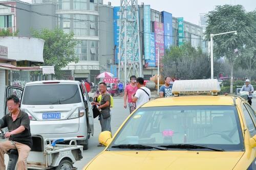 山寨出租车司机在街头拉客-河南山寨出租车组车队 名片随处可见黑车