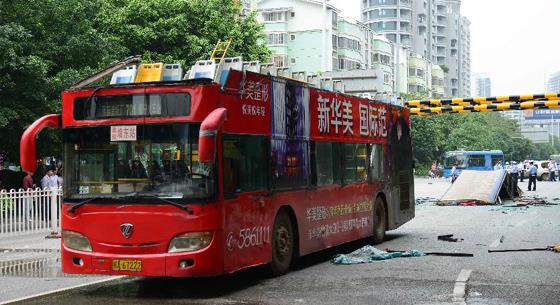 """雙層公交被限高架""""削頂"""""""