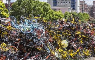 """上海現共享單車""""墳場"""" 3萬輛單車堆積如山"""