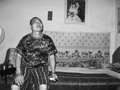贾忠海 樊江涛/和妻子的结婚照,一直挂在贾忠海的床头。本报记者樊江涛摄...