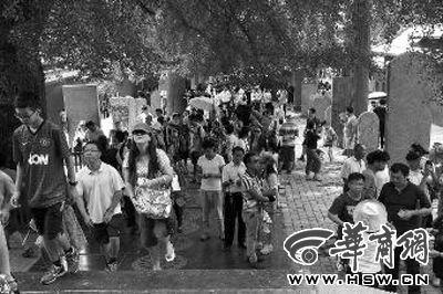 每天都有大量游客涌来,探访他们心目中的少林