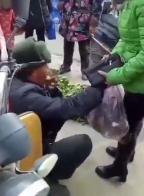 The old man selling vegetables counterfeit tears receive 50 yuan Passers-by shoehorned 100 yuan (figure)