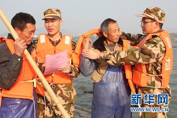 """福建宁德沙江边防派出所开展""""安全生产进渔船""""活动"""