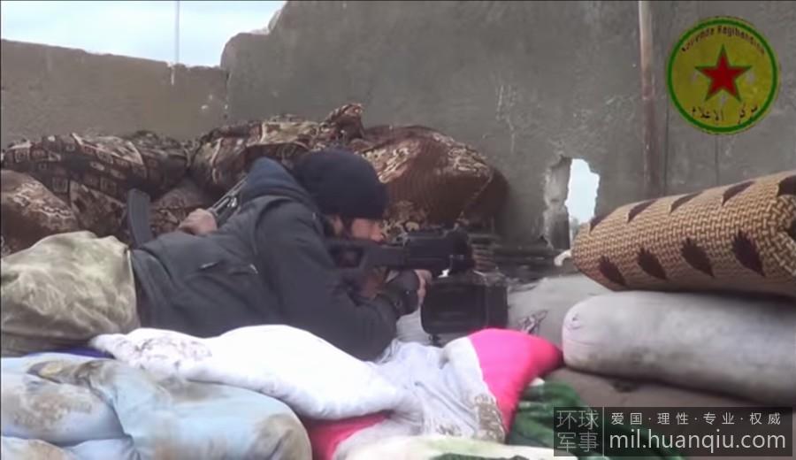 库尔德女兵轻伤不下火线:手部流血忍痛装弹