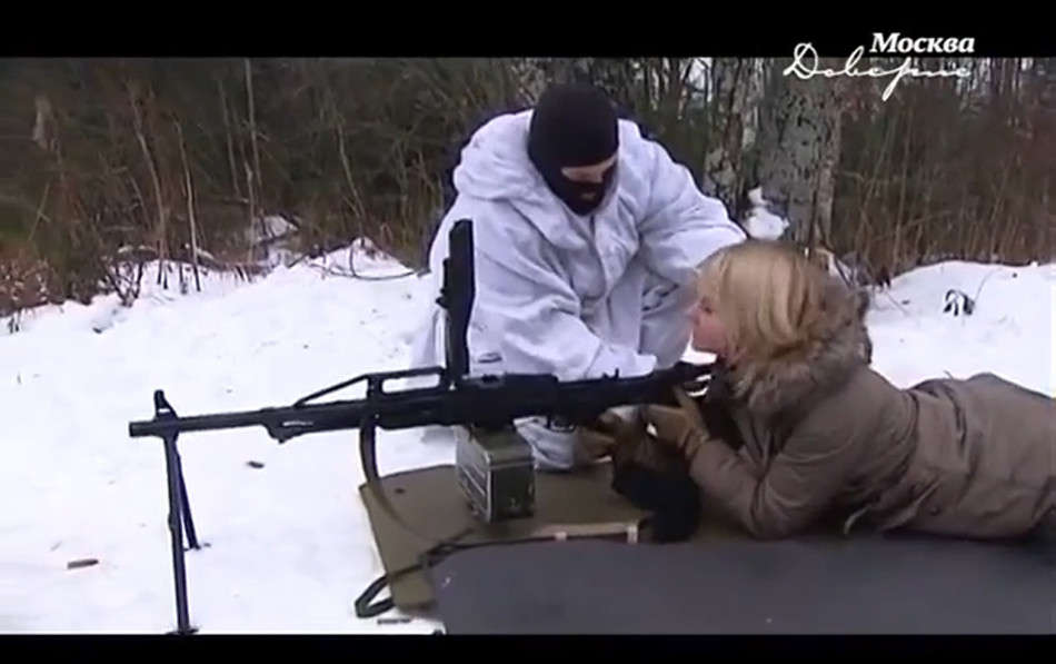 俄罗斯美女主持进军营玩操非常开心 新华