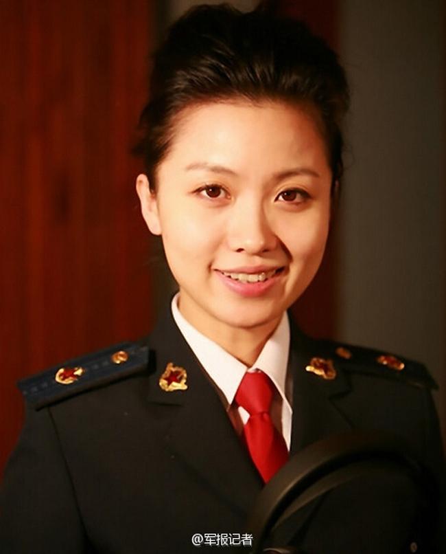 放军海军政治部歌舞团原独唱演员,2009年退伍.她在海政期间,为