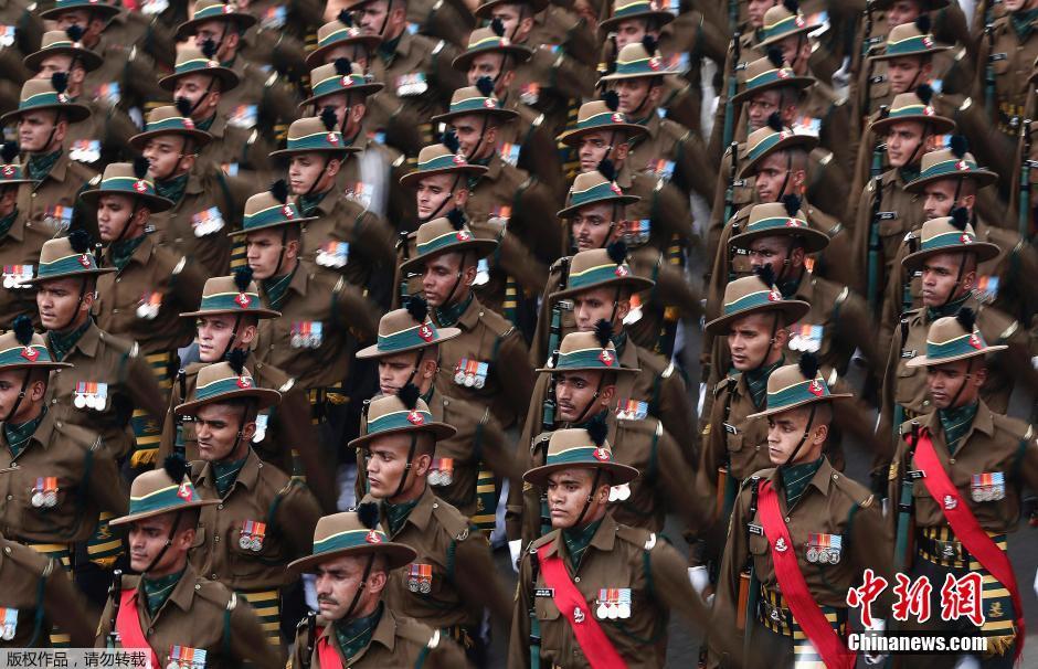 當地時間2015年1月22日,印度新德裏,印度士兵為迎接共和國日參加開幕式盛裝彩排。