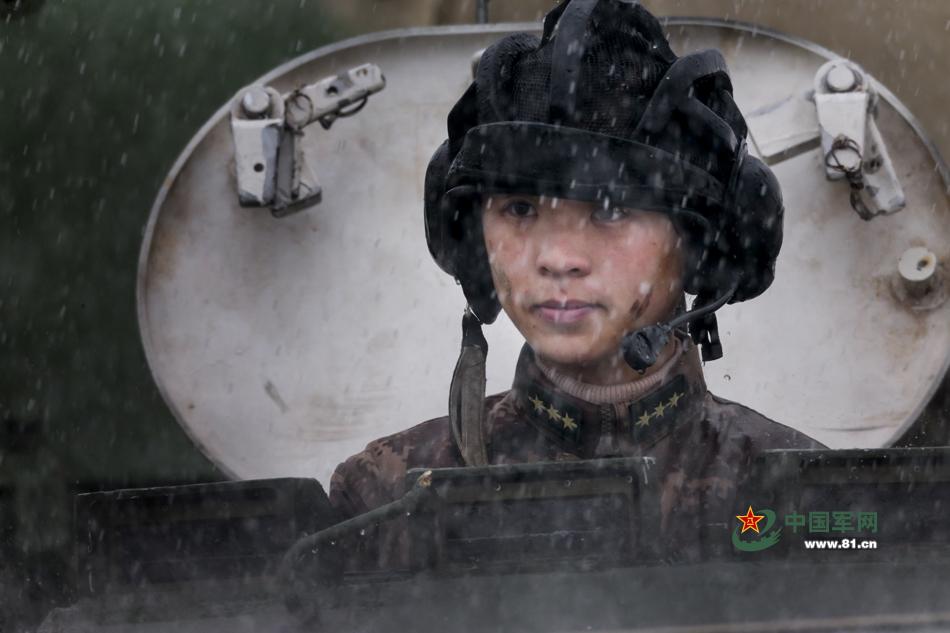 解放军女上尉成战车教员 晴天一身灰雨天一身泥