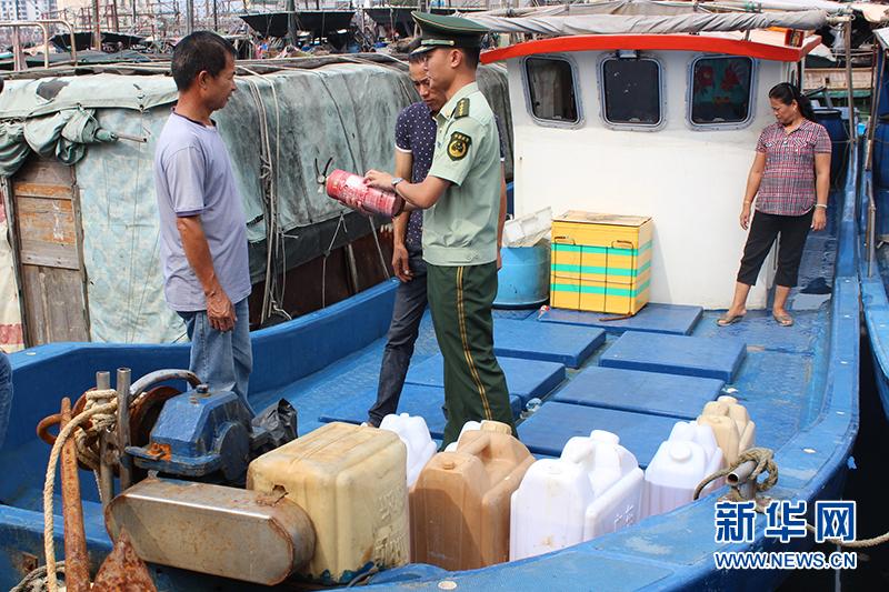 广西北海电建边防派出所消防知识宣传检查上渔船
