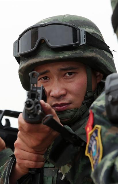 """刘洋是武警北京总队""""雪豹突击队""""特战二队副队长,他两次作为武警图片"""