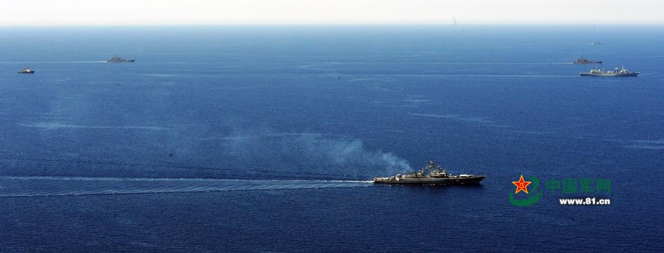"""""""海上联合-2015(I)"""":2015年5月18日,中俄联演开始实兵演练,参演舰艇在地中海东部某海域航行中组织海上防御演练。"""
