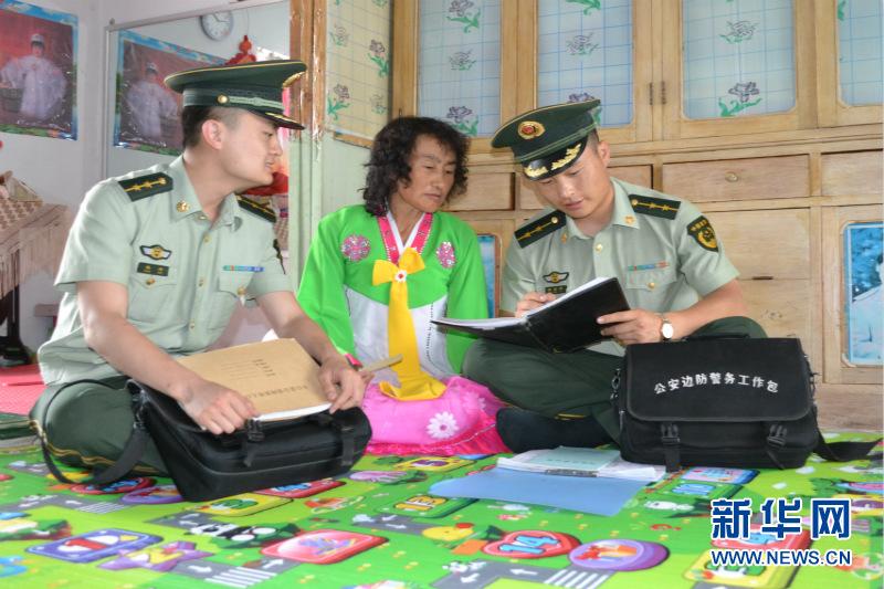 边防官兵向辖区朝鲜族群众宣传法律常识-长白山下盛开民族团结和谐花