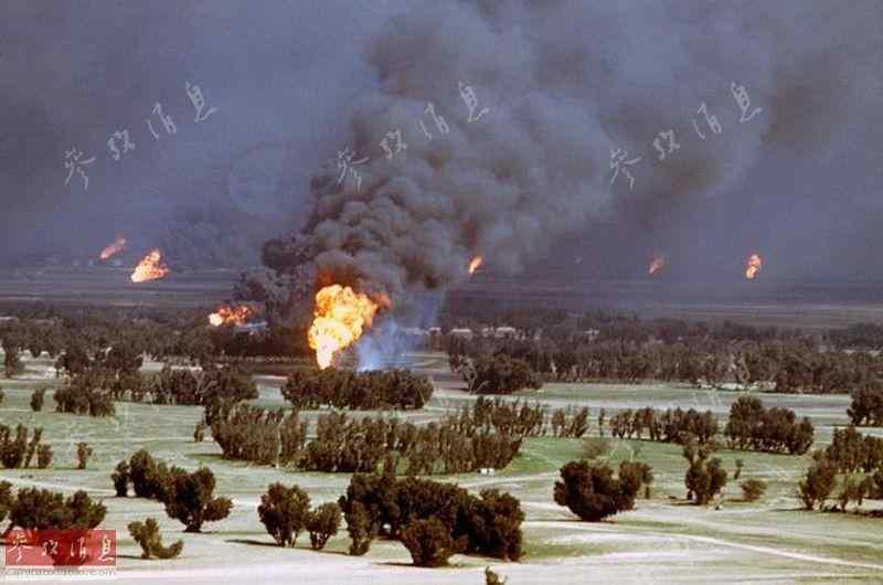 图为被点燃的科威特油井.