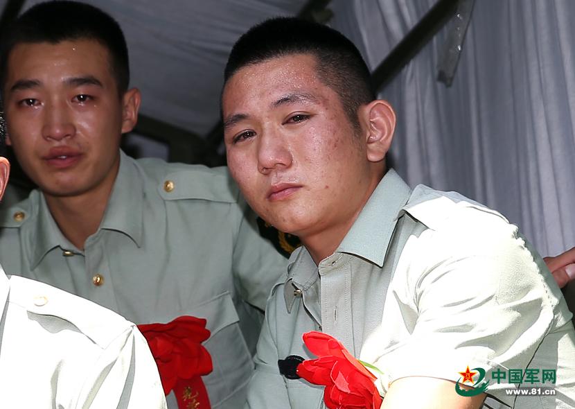 9月5日,武警福建总队直属支队退伍老兵含泪告别警营. 中国军网福图片