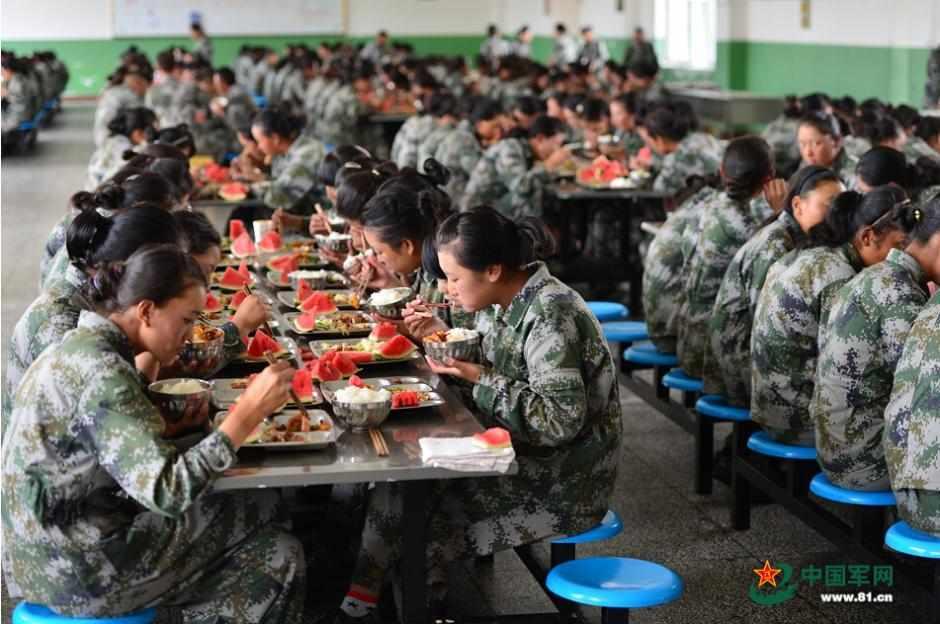拉萨314事件纪实_西藏拉萨女民兵兴奋见坦克 表演t台步