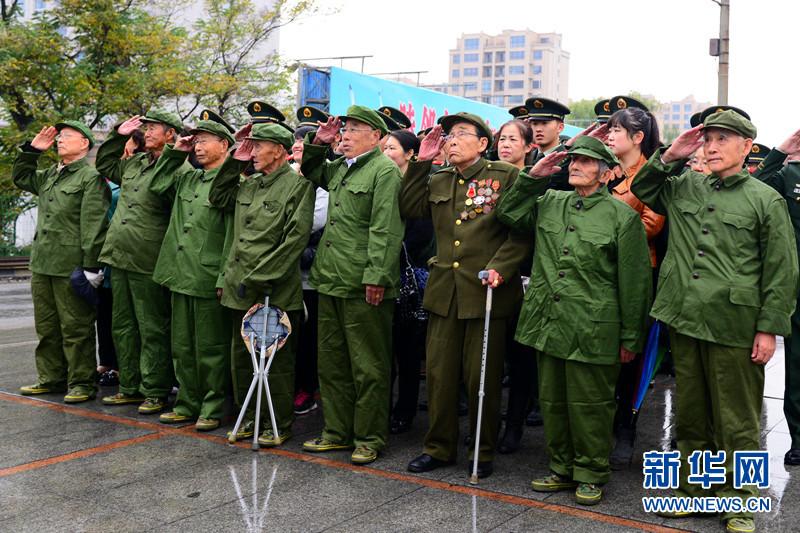新老两代军人一起向国旗敬礼