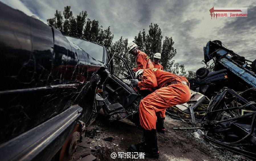 霸气 军校生拆汽车救援犹如 变形金刚 大片高清图片