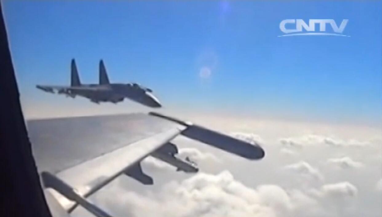 """广空航空兵某团J-11A""""沈侧卫""""双机编队挂弹出击。一中一近。"""