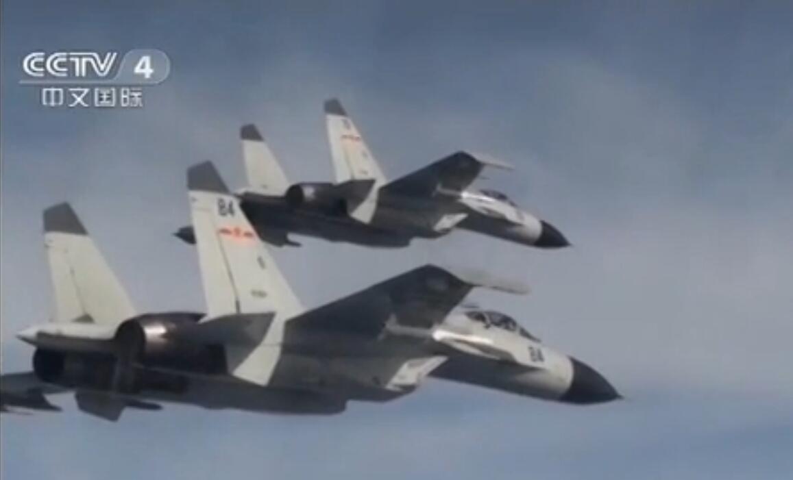 """南航""""王伟团""""J-11BH""""海侧卫""""#82、#84双机编队挂弹出击。一中一近。"""