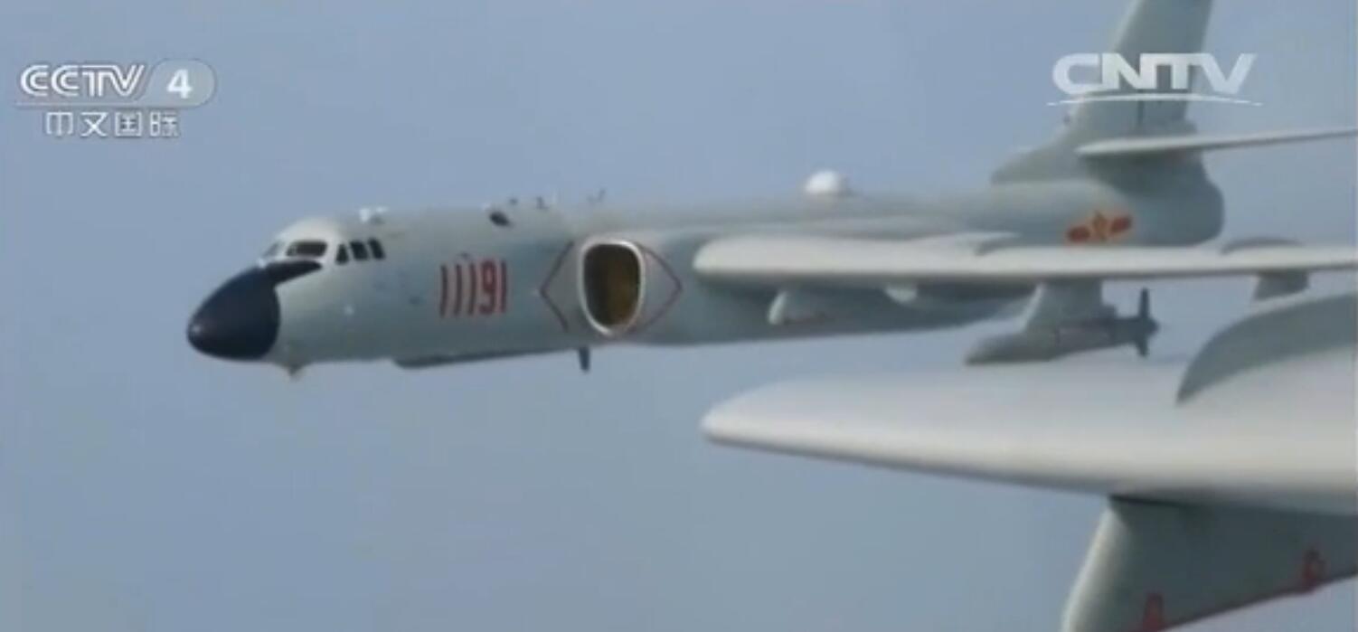 """广空航空兵某师H-6K""""战神""""编队挂弹出击,远程远海打击。"""