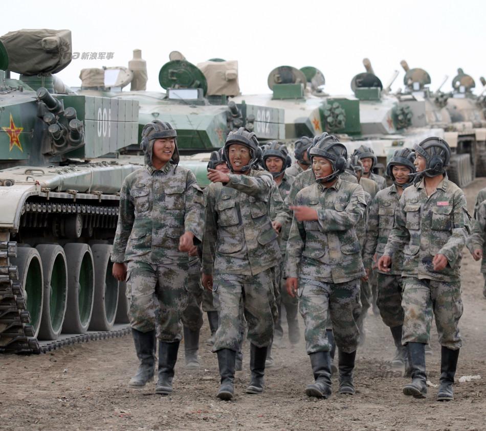 二)与战友们在训练场上交流心得(2012年6月8日摄).新华社发(