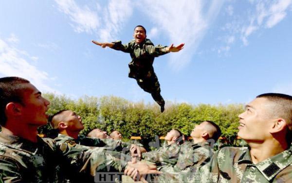 武警新兵练胆:高台飞跃背摔战友托举(图)红旗9导弹大漠发射 雷达