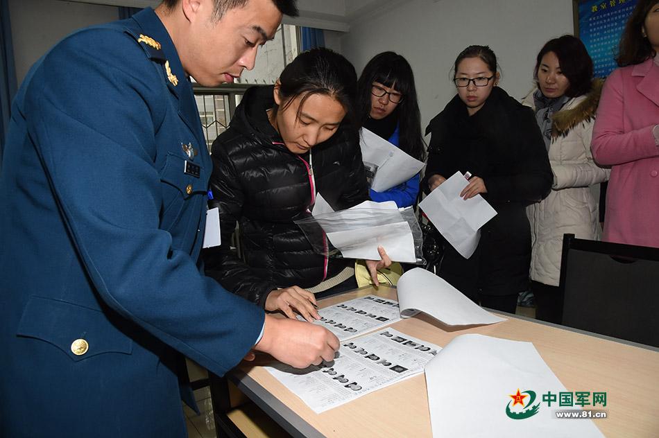 北京考生冒雪参加2016年度军队文职人员统招笔试